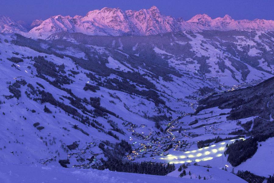 Saalbach Hinterglemm im Winter in der Nacht