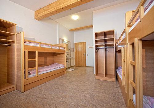 Zimmer - 6 Stockbetten, Kleiderschränke